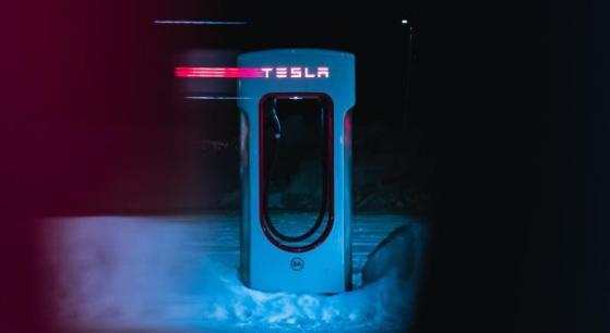 Fondo pensiones NYSRTS compra acciones de Tesla y Schwab